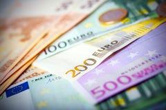 Closeup av eurosedlar och mynt arkivbilder