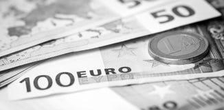 Closeup av eurosedlar och mynt royaltyfri foto