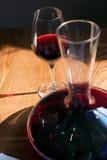 Closeup av exponeringsglaset och en karaff av rött vin Fotografering för Bildbyråer