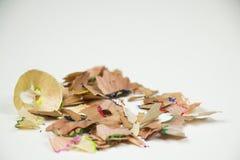 Closeup av färgglade färgpennasharpenings på vit bakgrund arkivbild