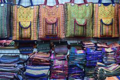 Closeup av färgrika material på en lokal marknadschatuchakmarknad i Bangkok, Thailand, Asien Arkivfoto