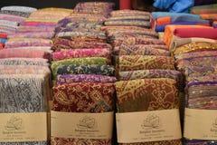 Closeup av färgrika material på en lokal marknadschatuchakmarknad i Bangkok, Thailand, Asien Arkivbilder