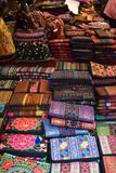 Closeup av färgrika material på en lokal marknadschatuchakmarknad i Bangkok, Thailand, Asien Royaltyfri Fotografi