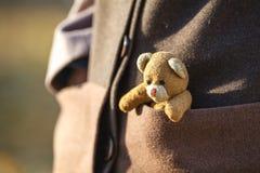 Closeup av flickan med nallebjörnen Arkivbilder