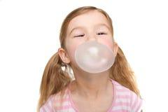 Closeup av flickan som blåser bubbelgum Fotografering för Bildbyråer