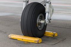 Closeup av flygplanframdelkugghjulet Arkivfoto