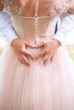 Closeup av form för pardanandehjärta med händer Att gifta sig par på naturen är att krama sig Härlig modellflicka i vit Royaltyfria Foton