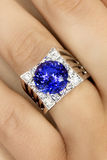 Closeup av formgivaren Ring med Tanzanite och diamanter Royaltyfri Bild