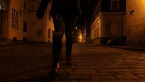 Closeup av fot för folk` som s går på natten arkivfilmer