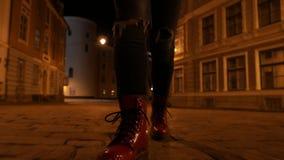 Closeup av fot för folk` som s går på natten stock video