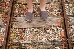 Closeup av fot för järnväg- och barn` s på den Top beskådar royaltyfri foto