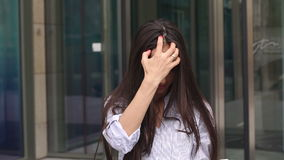 Closeup av framsidan av den lyckliga flickan med minnestavlan i händer arkivfilmer