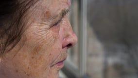 Closeup av framsidan av ett äldre kvinnalidande från jordskalv arkivfilmer