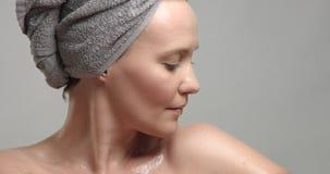 Closeup av framsidan för kvinna` s med våt hud royaltyfri fotografi