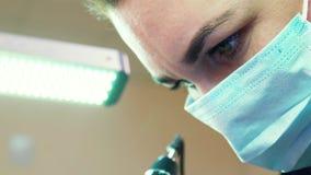 Closeup av framsidan för ung kvinna i maskering på microblading arbete lager videofilmer