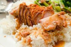 Closeup av frasigt griskött på ris Arkivbild