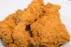 Closeup av Fried Chicken på vit Royaltyfri Fotografi