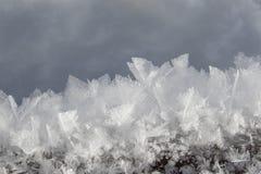 Closeup av frostiga snökristaller i vinter arkivfoton