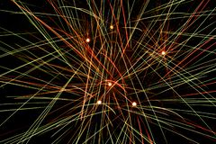 Closeup av fyrverkerier explodera i himlen som gör abstrakta färgrika linjer royaltyfri fotografi