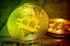 Closeup av fysisk bitcoin över arrangera i rak linje datorCPU-processorer Royaltyfri Foto