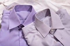 Closeup av generisk skjorta två med en linje modell Arkivfoton
