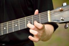 Closeup av gitarrhalsen med att spela för gitarrist royaltyfri bild