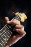 Closeup av gitarristhanden som spelar gitarren Arkivbilder