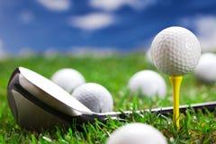 Closeup av golfbollen och slagträet! Royaltyfria Bilder