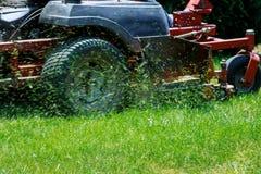 Closeup av grassmower som mejar gräset arkivbild