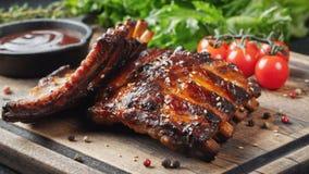 Closeup av grisköttstöd som grillas med BBQ-sås och caramelizeds i honung Smakligt mellanmål till öl på ett träbräde för att spar arkivfoto