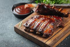Closeup av grisköttstöd som grillas med BBQ-sås och caramelizeds i honung Smakligt mellanmål till öl på ett träbräde för att spar royaltyfria foton