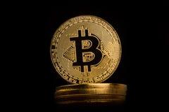 Closeup av guld- bitcoin på högen av metalliska mynt Royaltyfri Fotografi