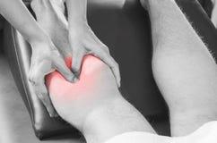 Closeup av händer av kiropraktorn/fysioterapeuten som gör kalvmusc arkivfoton