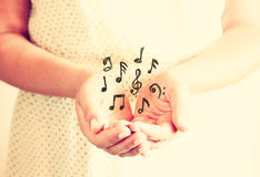 Closeup av händer för ung kvinna räcker utsträckt i kupad form Selektivt fokusera Retro tonad bild Arkivfoton