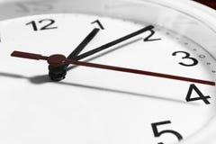 Closeup av händer på klockaframsida känslig fokus Arkivbilder