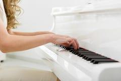 Closeup av händer som spelar pianot royaltyfri bild
