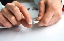 Closeup av händer som tar bort skölden från det enkla yrkesmässiga kontaktdonet för koaxial kabel royaltyfria foton