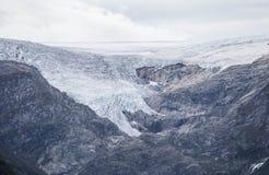Closeup av härliga snöig maxima av berget Bakgrund för natur för vinterloppsemester Berg och blåttSky arkivfoton