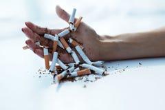 Closeup av hållande cigaretter för kvinnlig hand framförd anti bild som 3d avslutas rökning Royaltyfria Bilder