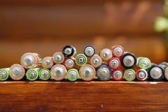 Closeup av högen av använda alkaliska batterier Aa-format för alkaliskt batteri Flera batterier i rader Royaltyfria Foton