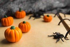 Closeup av halloween pumpa och spindlar på gammalt papper Royaltyfri Fotografi