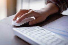 Closeup av handen för affärskvinna` som s rymmer en datormus techno arkivfoto
