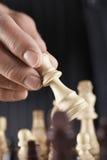 Closeup av handen som spelar schack Arkivbild