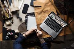 Closeup av hantverkaren som arbetar med läderhemslöjd fotografering för bildbyråer