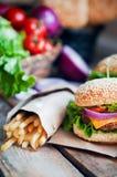 Closeup av hem- gjorda hamburgare på träbakgrund Royaltyfria Bilder