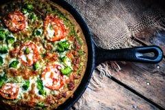 Closeup av hemlagad vegetarisk pizza på träbakgrund Royaltyfri Foto