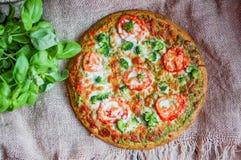 Closeup av hemlagad vegetarisk pizza på träbakgrund Royaltyfria Foton