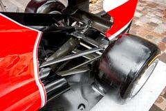 Closeup av hjulet för formel en på den röda bilen Royaltyfri Bild