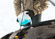 Closeup av hällande frostskyddsvätska för man in i vattenbehållare Arkivbilder