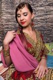 Closeup av iklädd orientalisk stil för härlig caucasian kvinna med orientaliska modeller på händerna och framsidan, med Arkivfoton